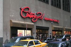 Century 21 est un immense outlet New York situé à coté de Ground Zero,  downtown Manhattan. Sur 3 étages, des vêtements de créateurs à perte de  vue, ... f541dc8737d2